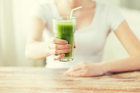 木製のテーブルの青汁で手を女性の健康的な食事、食品、ダイエット、デトックス、人々 の概念 - クローズ アップ 写真素材