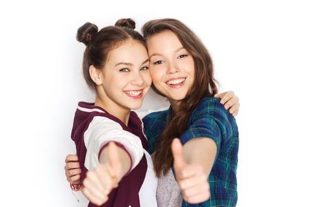 amigos abrazandose: personas, amigos, adolescentes y concepto de la amistad - sonriendo feliz Adolescentes bonitos que abrazan y que muestran los pulgares para arriba