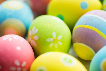 huevos de pascua: easter, holidays, tradition and object concept - close up of colored easter eggs Foto de archivo