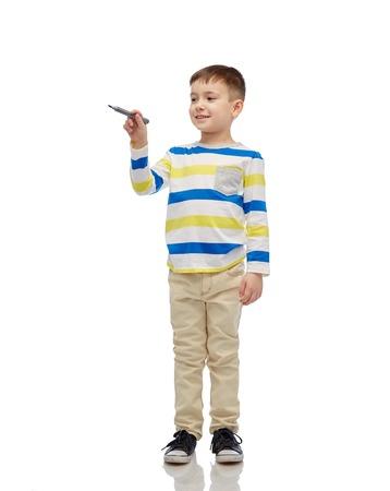 la infancia, la educación preescolar, la creatividad, el aprendizaje y el concepto de la gente - feliz pequeño dibujo niña o escribir algo con marcador