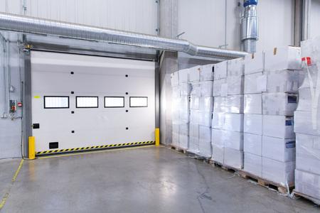 portones: logística, almacenamiento, transporte, la industria y el concepto de fabricación - puerta del almacén o cajas de puerta y de carga