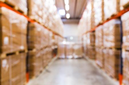 logística, almacenamiento, transporte, la industria y el concepto de fabricación - cajas de carga que almacenan en estantes del almacén bokeh