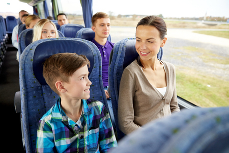 mujer sola: los viajes, el turismo, la familia, la tecnología y el concepto de la gente - feliz madre y el hijo de equitación en los viajes de autobús