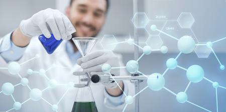 la ciencia, la química, la biología, la medicina y la gente concepto - cerca de llenar tubos de ensayo científico con el embudo y en la investigación en laboratorio clínico sobre fondo azul estructura molecular