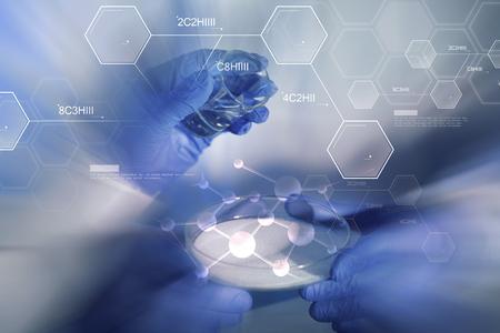 la ciencia, la química y la gente concepto - cerca de las manos de los científicos con vidrio y polvo químico en petri prueba de la toma de plato o de investigación en laboratorio durante fórmula molécula azul