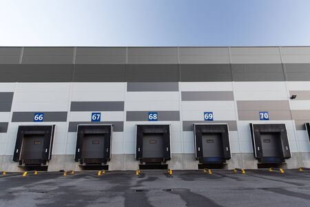 logística, almacenamiento y embarque concepto - puertas de almacén