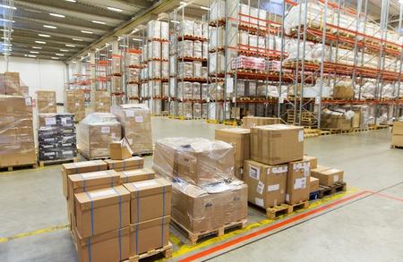 物流、倉庫、出荷、業界、製造コンセプト - 貨物箱に格納する倉庫の棚