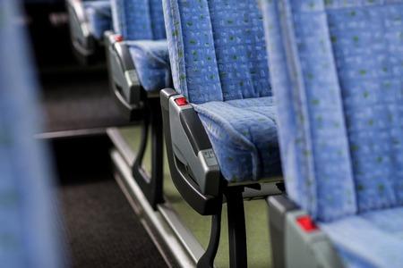 vervoer, toerisme, road trip en apparatuur concept - reizen bus interieur en stoelen