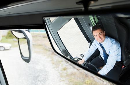 trasporto, Trasporto, turismo, viaggio su strada e la gente concept - Primo piano di sorridere conducente riflesso nello specchio autobus passeggeri