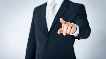 mensen, zaken en gebaarconcept - sluit omhoog van mens die vinger richten aan iets