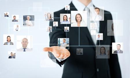 사람, 비즈니스, 기술, headhunting 및 협력 개념 - 비즈니스 연락처 아이콘 프로젝션을 보여주는 남자 손의가 까이 서