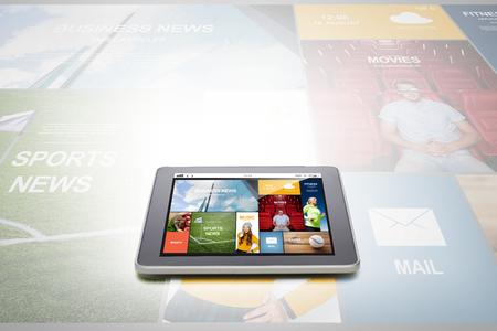 tecnologia, internet, i media di massa e moderno concetto di gadget - Primo piano di Computer tablet pc con applicazione notizie sullo schermo su sfondo grigio