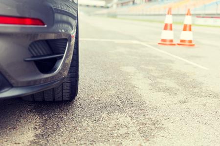 corsa, motosports, estremo e l'automobilismo concetto - close up di auto sportive anteriore sulla superstrada dello stadio