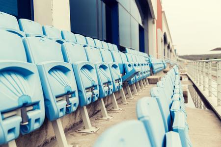 gradas estadio: carreras, motosports, extremas y automovilismo concepto - filas con asientos plegados de gradas en el estadio Foto de archivo