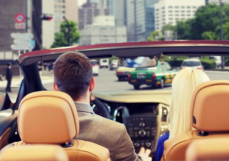detras de: conducir, transporte de automóviles y el concepto de la gente - cerca de la pareja de conducción en el coche cablet desde atrás sobre calle de la ciudad de fondo