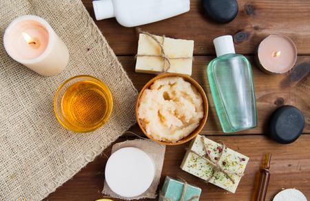 Beauté, spa, thérapie, cosmétiques naturels et le concept de bien-être - à proximité jusqu'à des produits de soins corporels cosmétiques sur bois Banque d'images - 59328792