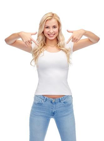 감정, 표현, 광고 및 사람들이 개념 - 행복 한 젊은 여자 또는 흰색 T- 셔츠 가리키는 손가락에 자신을 10 대 소녀가 웃는 스톡 콘텐츠