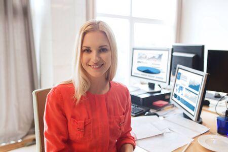 entreprise, le démarrage et les gens notion - affaires heureux ou créative employé de bureau féminine avec les ordinateurs