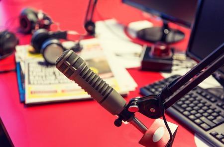 기술, 전자 및 오디오 장비 개념 - 가까이 마이크의 최대 녹음 스튜디오 또는 라디오 방송국에서