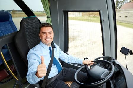 chofer: transporte, turismo, viaje por carretera y la gente concepto - controlador feliz conducción de autobuses interurbanos y los pulgares de la nieve