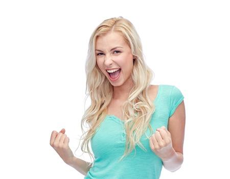 mujer alegre: emociones, expresiones, el éxito y las personas concepto - mujer joven feliz o adolescente que celebran la victoria