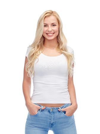jeune fille adolescente: émotions, expressions, la publicité et les gens concept - sourire heureux jeune femme ou une fille adolescente en t-shirt blanc