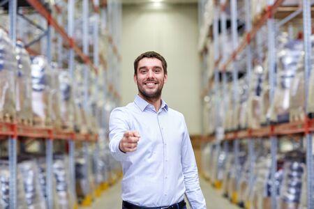 concept de vente en gros, logistique, affaires, exportation et personnes - homme heureux à l'entrepôt