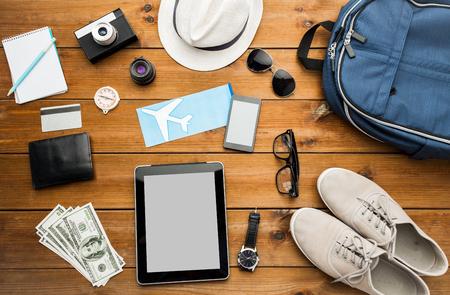 휴가, 여행, 관광, 기술 및 개념 개체 - 주변 기기 및 여행자 개인 물건까지