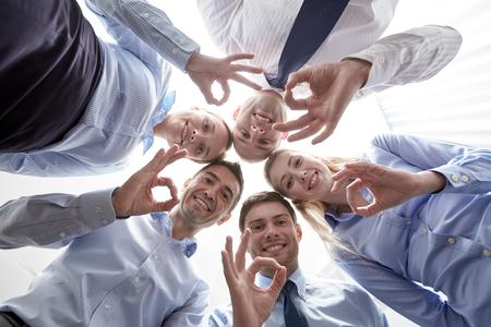affaires, les gens et le travail d'équipe notion - sourire groupe de gens d'affaires debout dans le cercle