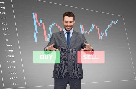 business, technologie, financiën en mensen concept - lachend zakenman of effectenmakelaar via forex chart projectie Stockfoto