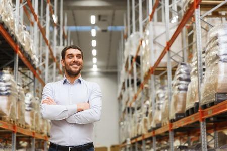 groothandel, logistiek, business, export en mensen concept - gelukkig man in het magazijn