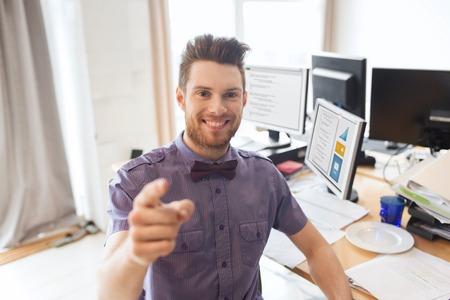 negocio, puesta en marcha, la contratación, el gesto y concepto de la gente - hombre de negocios feliz o creativo empleado de oficina masculino con ordenadores que señala el dedo en usted