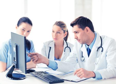 doctores: imagen del joven equipo o grupo de médicos que trabajan