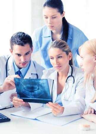 Foto de la joven grupo de médicos en busca de rayos x Foto de archivo - 60072349