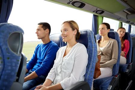 transport, tourisme, voyage sur la route et les gens concept - groupe de passagers heureux ou touristes en bus Voyage