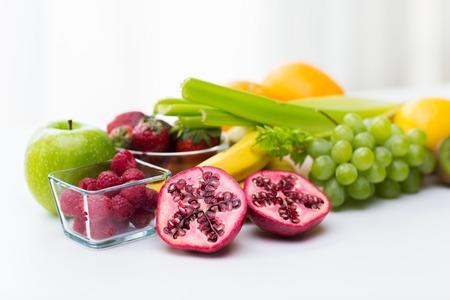 건강 한 식습관, 음식 및 다이어트 개념 - 신선한 잘 익은 과일 및 열매를 테이블