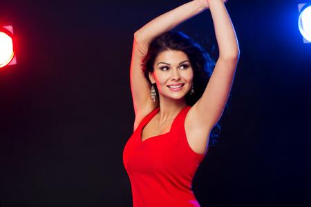 gente bailando: la gente, días de fiesta, disco, estilo de vida nocturna y de ocio concepto - mujer atractiva en el baile vestido rojo en el club nocturno Foto de archivo