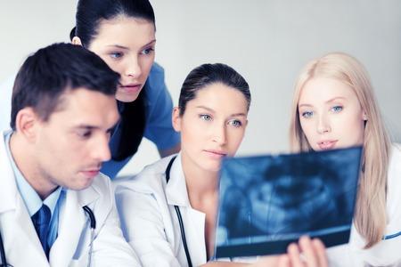 ヘルスケア、医療、放射線コンセプト - x 線で見ている医者のグループ