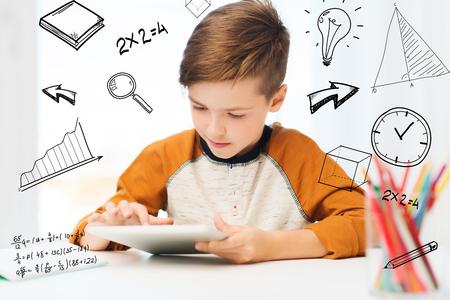 niños platicando: ocio, los niños, la tecnología y el concepto de la gente - cerca de muchacho con el ordenador Tablet PC en casa sobre garabatos matemáticos
