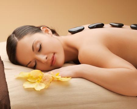 image de belle femme dans le salon de spa