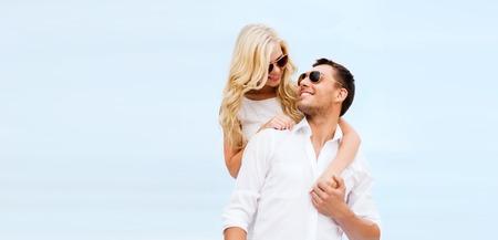 Sommerferien, Feiern und Dating-Konzept - Paar am Meer Standard-Bild