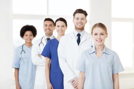internacionales, la profesión, la gente y el concepto de la medicina - grupo de médicos y enfermeras felices en el hospital