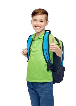 niño con mochila: la infancia, la escuela, la educación y el concepto de la gente - feliz niño sonriente estudiante con mochila escolar