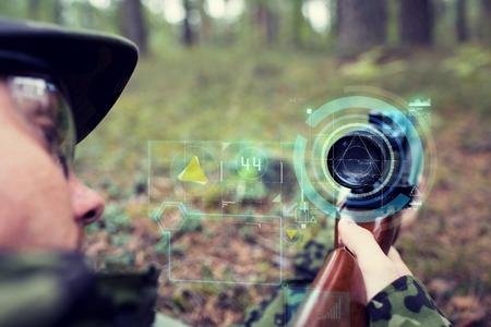 tiro al blanco: la caza, la guerra, el ejército, la tecnología y el concepto de la gente - cerca de la joven soldado francotirador o sosteniendo la pistola de proyección con pantalla virtual y con el objetivo en el bosque