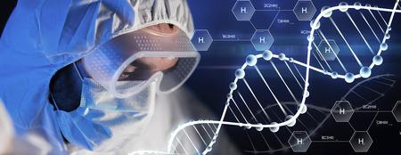hidrógeno: la ciencia, la química, la biología, la medicina y la gente concepto - cerca de la cara científico en anteojos y máscara de protección en el laboratorio químico sobre la fórmula química de hidrógeno y molécula de ADN