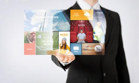 persone, business, tecnologia e mass media concetto - stretta di mano dell'uomo che mostra la proiezione notizie web Archivio Fotografico