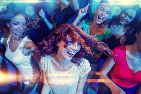 partito, feste, celebrazioni, vita notturna e persone Concetto - sorridente amici ballare in circolo
