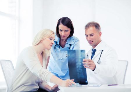 ヘルスケア、医療、放射線コンセプト - x 線見て患者と医師