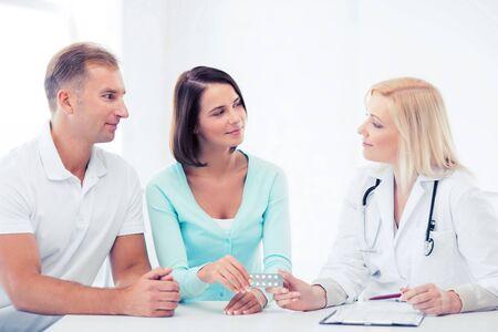 pacientes: la asistencia sanitaria y m�dica - doctor que da p�ldoras a los pacientes