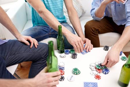 ocio, juegos, amistad, juegos de azar y entretenimiento - cerca de amigos hombres jugando a las cartas y bebiendo cerveza en el país